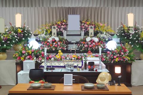 お葬式の形式で人数が変わります